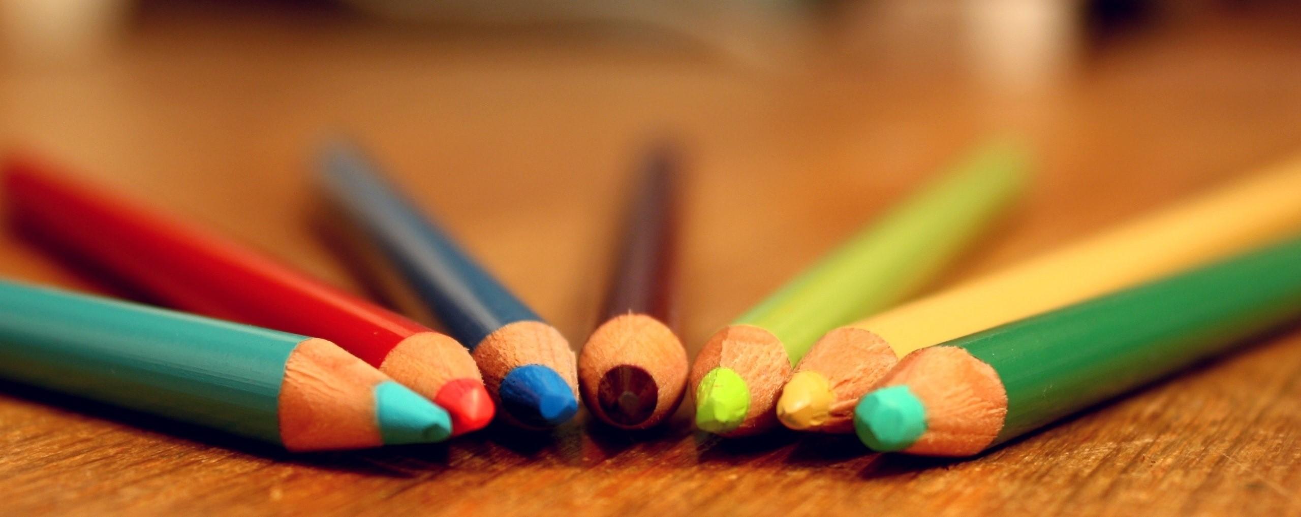 colorful-crayons-pencils-table-hazy_2560x1600(2)